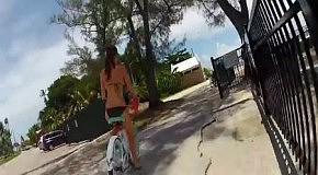 Кэти и ее грудь на велосипеде
