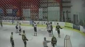 Хоккеист от радости разбил стекло ограждения