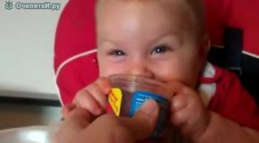 Малыш забавляется с напитком