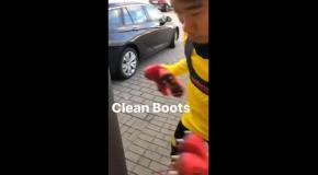 Кагава забавно почистил бутсы, использовав их в качестве боксерских перчаток