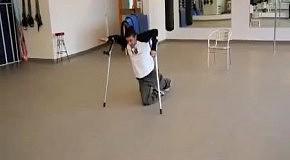 Завораживающий танец инвалида на костылях