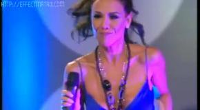 Лаура Миллер во время выступления оголила грудь