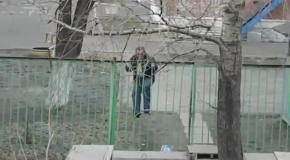 Пьяный мужик борется с забором