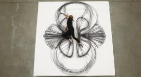 Художница рисует картины своим телом