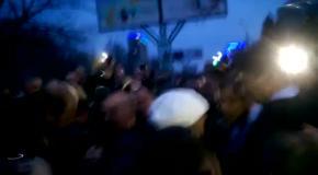 Луганские активисты прогнали Добкина от здания СБУ