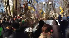 Активисты размахивают деньгами перед титушками