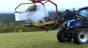 Трактор упаковывает стог сена