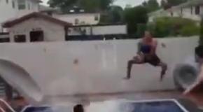 Баскетбольные трюки у бассейна