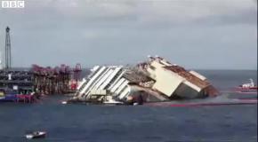Корабль Costa Concordia поднимают со дна