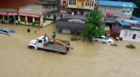 Наводнение, Потоп в Сочи 25 Июня 2015 г видео, Аэропорт затопило, люди в машине плывут по реке