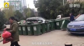 Дворник заблокировал мешавший ему автомобиль 40 мусорными баками