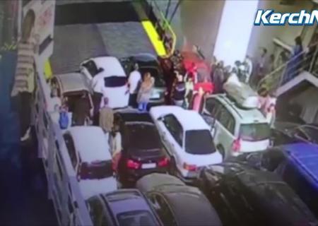 НаКерченской переправе спарома упал автомобиль «Лада-Приора»
