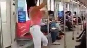 Девушка отжигает в метро