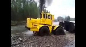 Трактор выбрался с глубокой речки