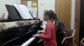 Моя доча на уроке сольфеджио.