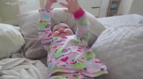 Малышка смешно реагирует на мамину песенку Gummy Bear