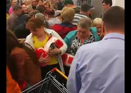 ВОмском супермаркете пожилые люди устроили битву засахар поакции