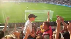 Ребенок управляет толпой фанатов ПСВ