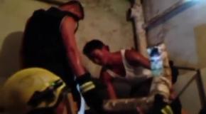 Китайские пожарные спасли смытого в унитаз новорожденного