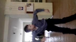 Танец в школьном коридоре