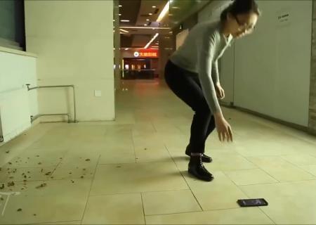 ВКитайской народной республике новым телефоном нокиа 6 раскалывают орехи