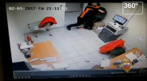 Сотрудница супермаркета вытолкала грабителя с пистолетом