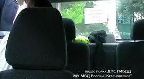 Пьяная девушка дебоширит в машине ДПС после аварии