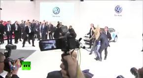Femen бросились на Путина и Меркель