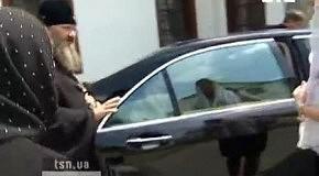 Настоятеля Лавры возмутили вопросы журналиста о его Mercedes