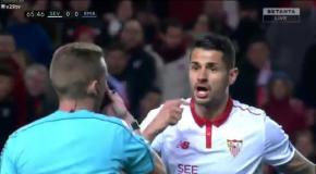 В матче с Севильей Роналду швырнул мяч в спину соперника
