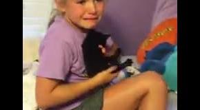 Котенок в подарок: реакция маленькой девочки