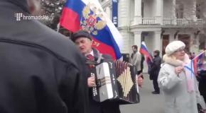 Севастопольцы празднуют оглашение результатов после референдума
