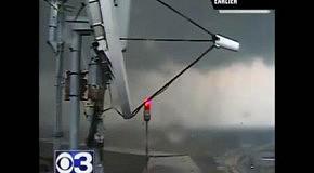 Торнадо вытягивает воду из реки в Спрингфилде