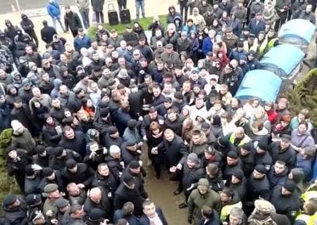 ВТернополе произошли столкновения под зданием горсовета, пострадали два депутата