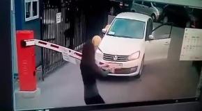 смешное видео: брюнетка схлестнулись в неравном бою со шлагбаумом