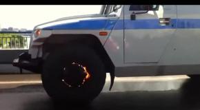Полицейские на горящей машине