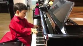 5-летний ребенок играет на пианино лучше многих взрослых