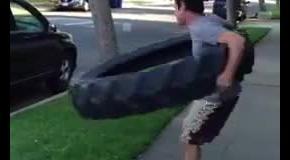 Американец покрутил на животе покрышку от трактора