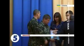 Украинских офицеров наградили за верность присяге: Мамчуру и Делятицкому аплодировали стоя