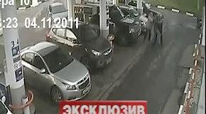 Юрий Антонов целится в обидчика из пистолета