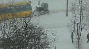 Снегопад в Киеве: Трактор вытаскивает трамвай (23 марта 2013)