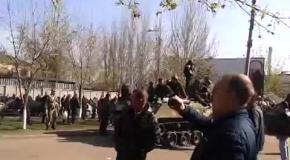 В Краматорск въехала военная техника, которую встречали местные жители