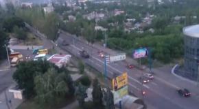 Колонна танков и бронемашин под российским флагом в Макеевке