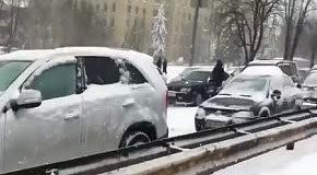 Снегопад в Киеве: водители разбирают отбойник (24 марта 2013)