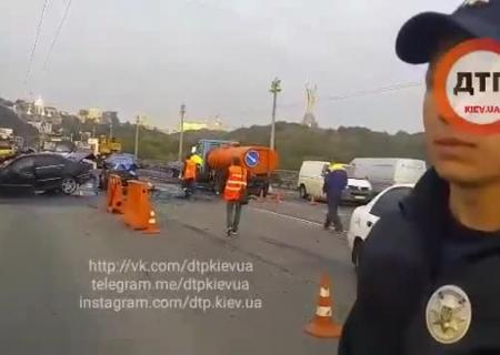 ВКиеве намосту Патона случилось масштабное ДТП спожаром