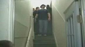 Идиот прыгнул вниз головой с лестницы