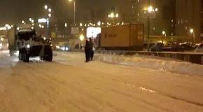 Снегопад в Киеве: БТР тянет по фуру на окружной (24 марта 2013)