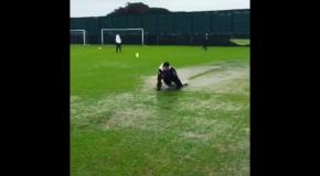 Игроки Наполи во время тренировки искупались в луже