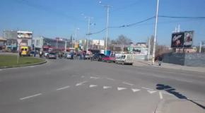 В Запорожье группа активистов с украинскими флагами разгромила русскую автоколону