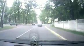 Под Киевом водитель Фольксвагена не уступила дорогу и перевернулась